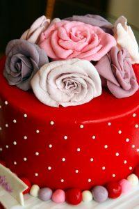 red, cakes, flowers-286197.jpg